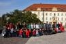 Petőfi iskola tanulói a fehér eperfákkal